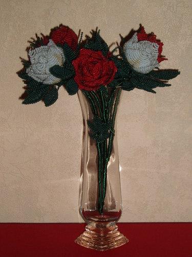 Не очень традиционно, но всё же маме на 8 марта.Моё хобби - бисероплетение.  Розы.